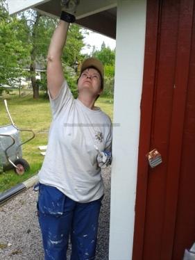 Malerlehrling Claudia bei der Arbeit
